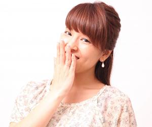 話をするときや笑う時に、自分の口元を手で隠す仕草」です。まだまだ若い女性であっても、とてもこのような仕草をされることが多い