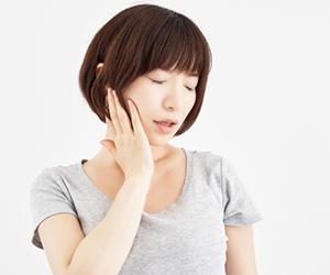 """顎関節症とは""""あごの関節に異常が生じている状態""""を差しますが、実際にはその本当の理由、根本的な原因は顎そのものにあるのではなく、""""噛み合わせの状態""""にあります。"""