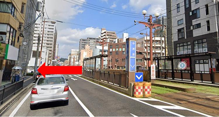 中洲通駅を下車し、目の前の大きな交差点を左へ
