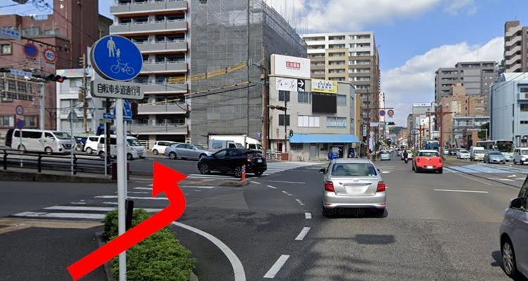 「中洲電停」交差点を左折、高架道路側歩道を直進