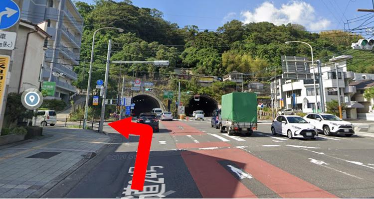 トンネル前の「建部神社前」交差点を左へ曲がる